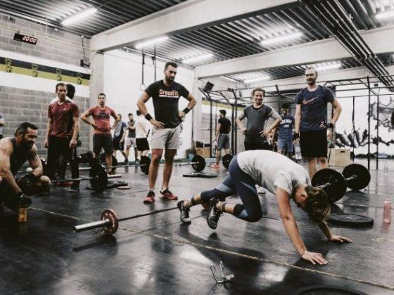 personne faisant des exercices de musculation